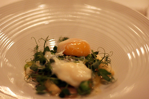 Smoked hens egg and the last asparagus of the season with portatoes and peas
